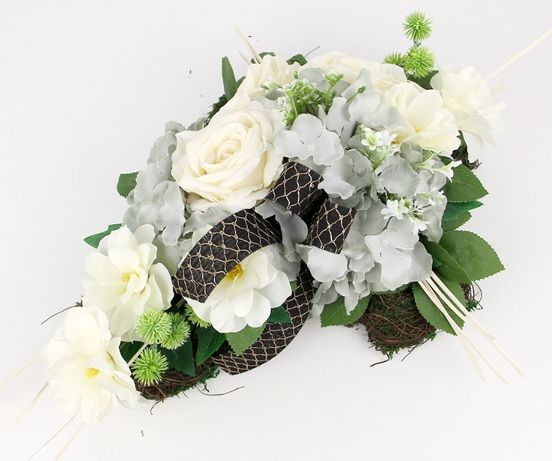 WIĄZANKA stroik w kształcie KRZYŻA z mchem i jasnymi kwiatami
