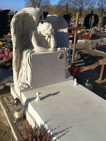 Nagrobek z piaskowca z rzeźbą anioła pomnik anioł z kamienia