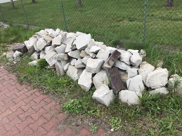 Gruz betonowy i kawałki kostki