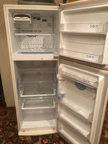 Холодильник кремовый в отличном состоянии lg