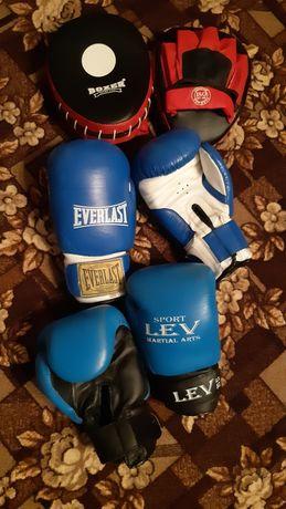Боксерські рукавиці та лапи