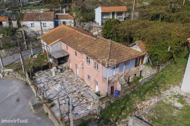 Moradia T4 para restauro em Moreira do Rei, Fafe