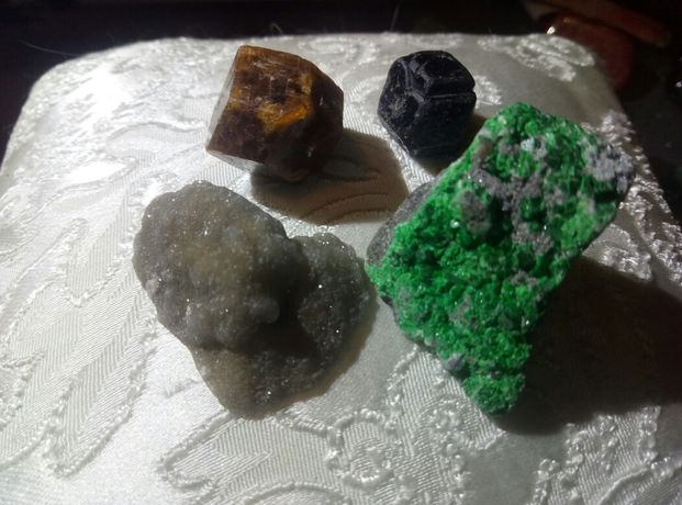 гранат камень натуральный.африка