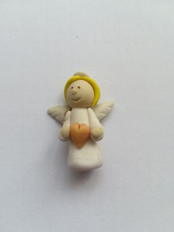 Mała figurka aniołek z serduszkiem