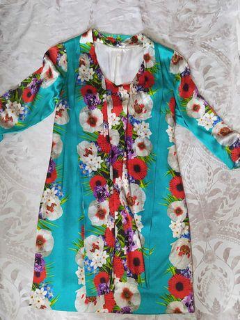 Vestido colorido de seda, vestido brilhante de festa e vestido peludo