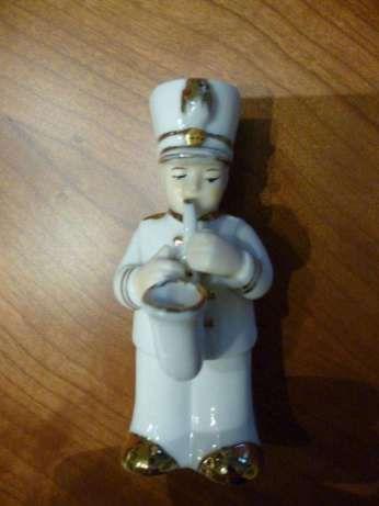 Soldadinho em porcelana a tocar saxofone