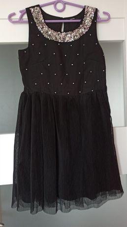 Czarna sukieneczka z cekinowym 'naszyjnikiem'