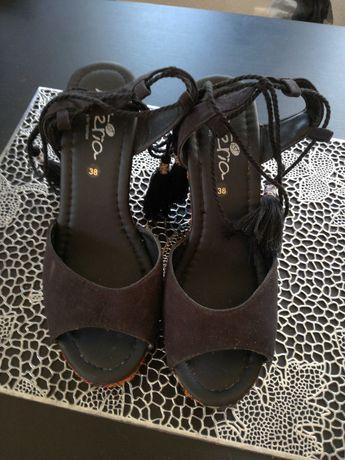 Sandálias super modernas, elegantes, e juvenis.