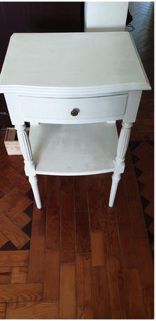 Mesas de cabeceira pintadas em branco
