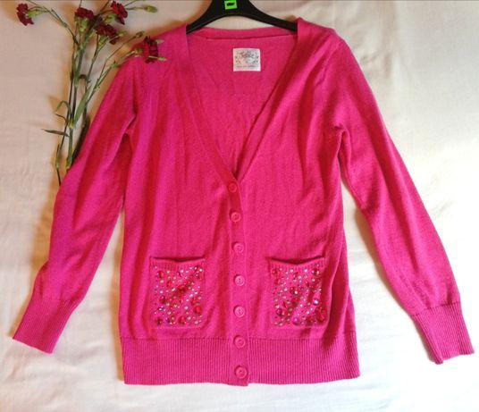 Błyszczący różowy sweter na guziki, z ozdobnymi aplikacjami. Rozm. M
