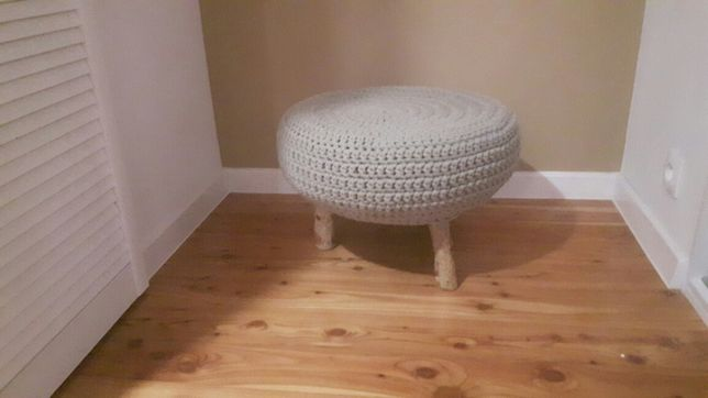 pufa, stolik, siedzisko rękodzieło na szydełku