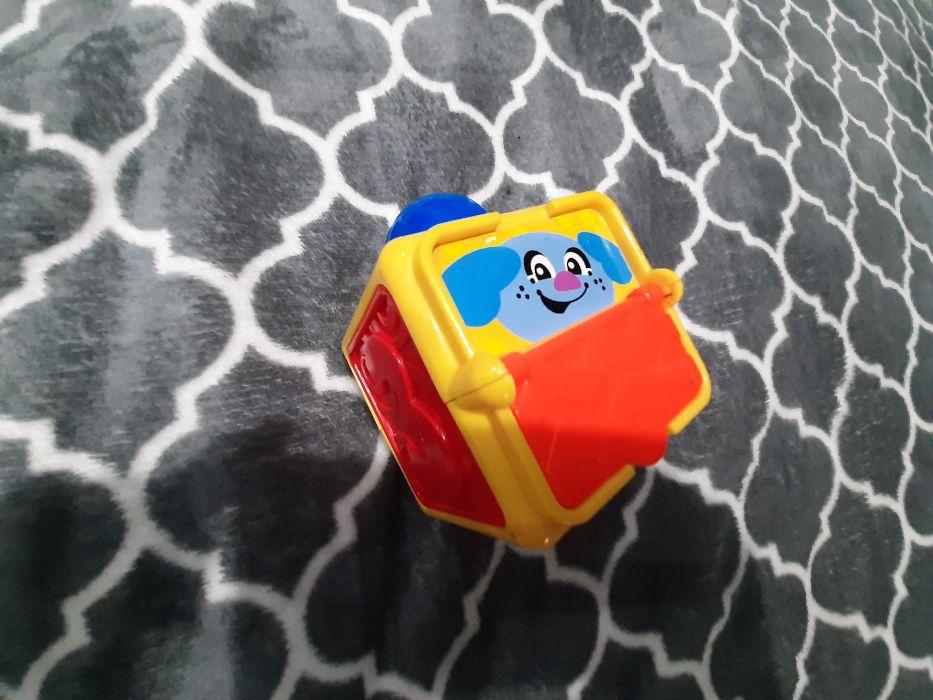 Plecak piesek + zabawki FISHER PRICE3sztuki A B i C edukacyjne klocki
