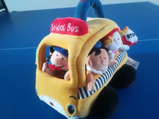 Pomysłowy, pluszowy autobus z pacynkami