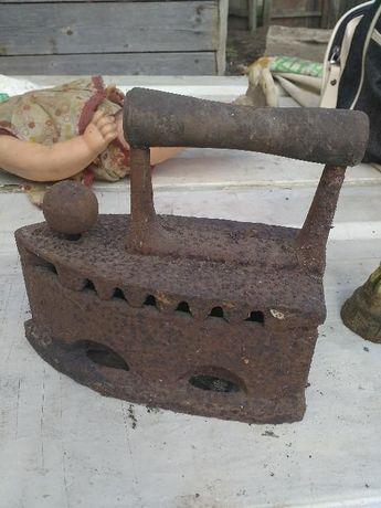 Старинный утюг на углях