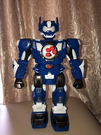 Робот kronos toys на радиоуправлении стреляет пульками