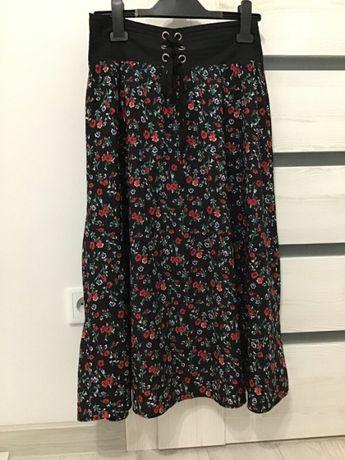 Czarna spódnica z kwiatkami i eleganckim wiązaniem