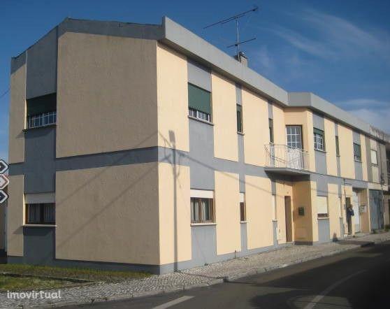Apartamento T3 com boas áreas, no 1º andar, garagem, na Ordem.