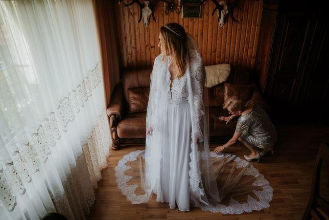 Biała suknia ślubna z długim welonem