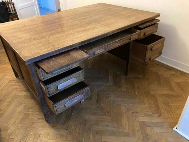 olbrzymie drewniane biurko