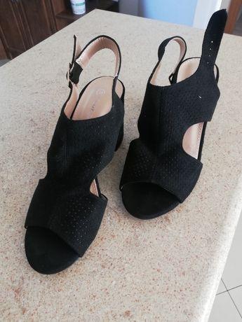 Nowe sandałki na slupku