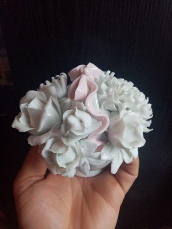 Porcelanowy koszyk z kwiatkami.