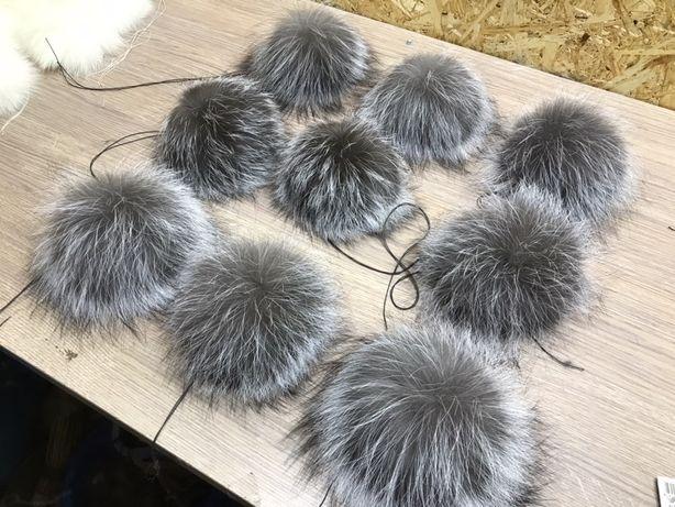 Помпоны из натурального меха чернобурки.