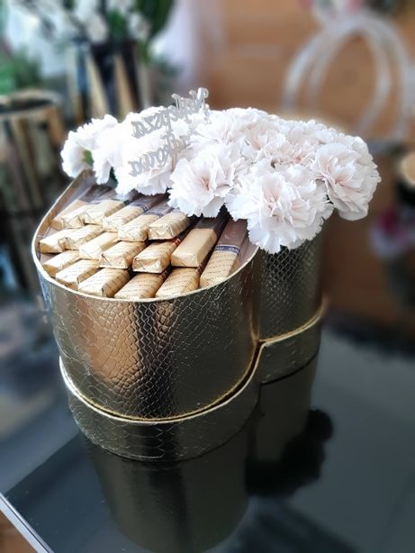 Flowerbox z żywymi kwiatami poczta serce żywe kwiaty na dzień kobiet