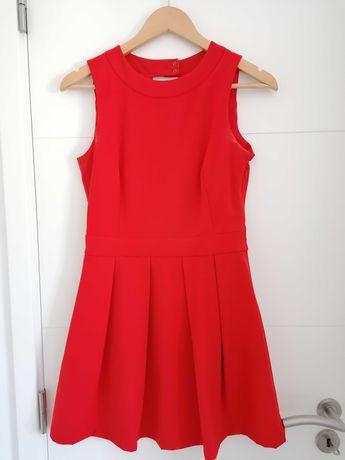 Vestido vermelho curto com aberturas nas costas