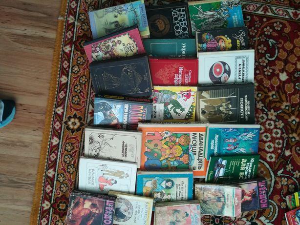 Книги стоять без потреби