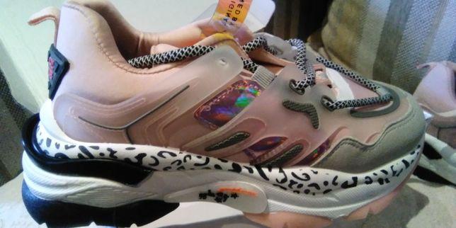 Новые стильные кроссовки