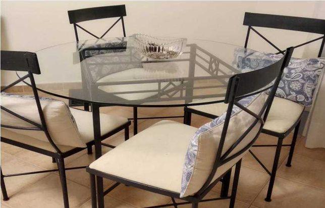 Vende-se conjunto de mesa de sala e cadeiras em ferro forjado