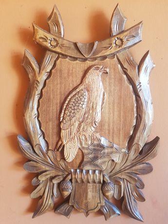 Orły rzeźbione w drewnie na ozdobnej desce. 4szt.