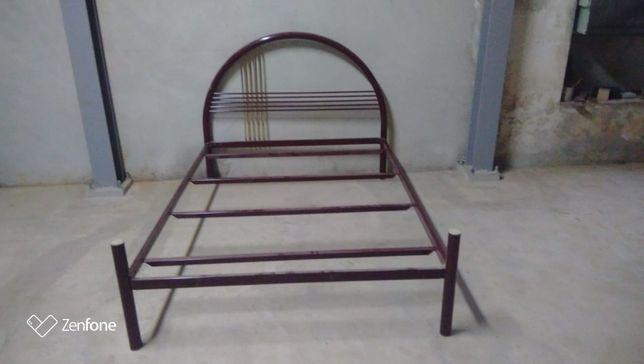 Estrutura de cama de casal em ferro