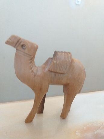 Camelo em  madeira trabalhada