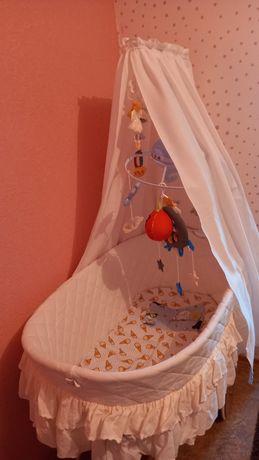 Кроватка-колыбель плетёная на колесах