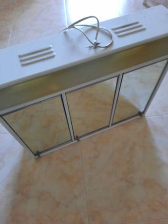 Armário de casa de banho com espelho e iluminação