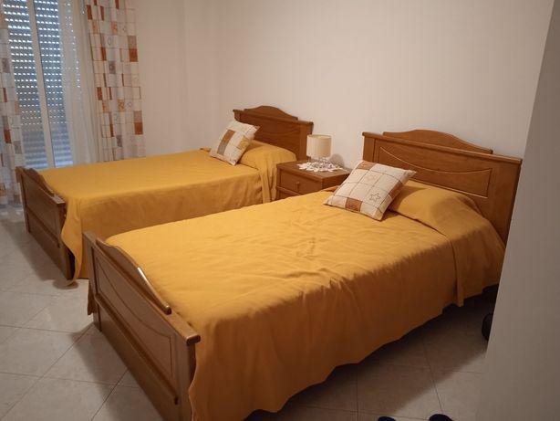 Venda de duas camas de solteiro, colchões e mesa cabeceira.