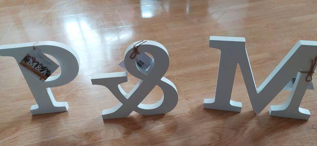 Białe drewniane litery M, P i znak &