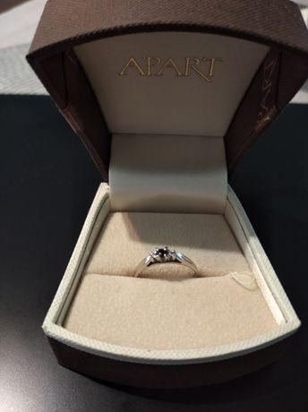 Pierścionek z białego złota z 2 brylantami i szafirem APART rozmiar 13