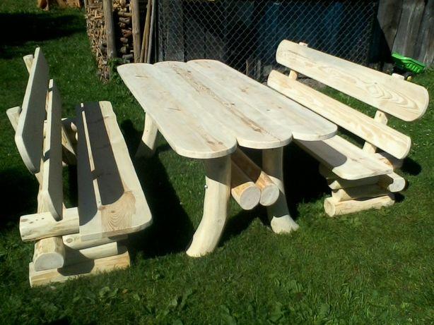 Stół ogrodowy z ławkami.