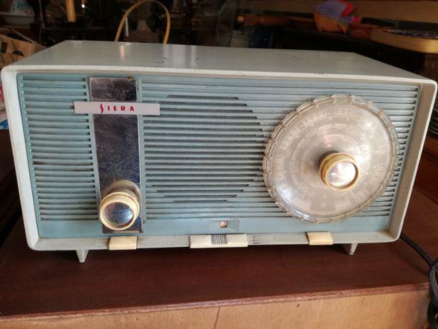 Vários rádios antigos e a válvulas