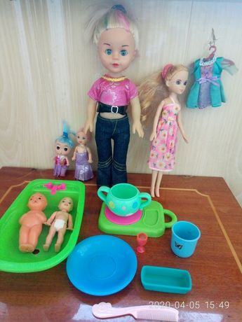 Игрушки куклы, пупсики, металлические самолеты, рогатка, мишени.