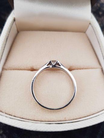 Pierścionek zaręczynowy z brylantem 0,11 ct