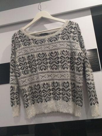 Włochaty sweter.