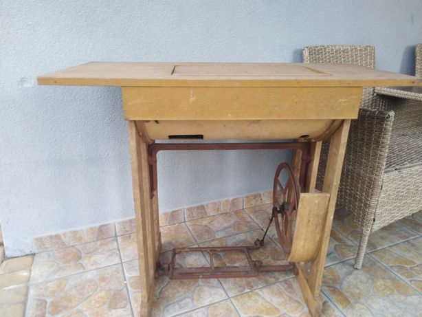 Stare meble, maszyna do szycia i 2 krzesła