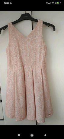 Różowa sukienka w koronkę