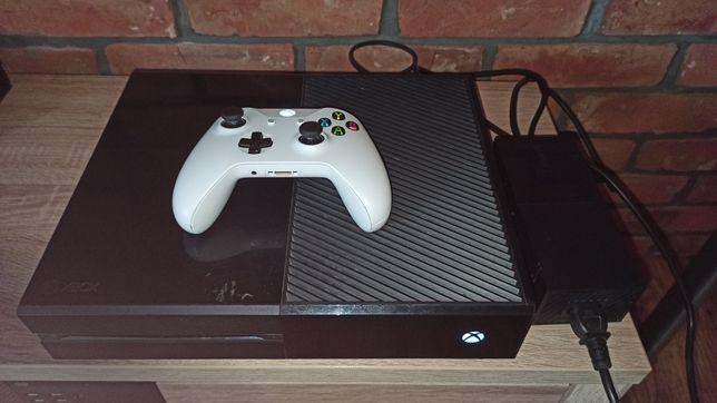Uszkodzona konsola Xbox one + sprawny pad.