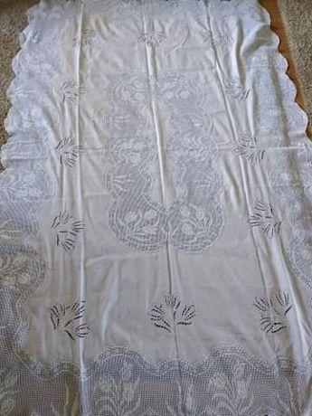 Toalha de mesa bordada de linho e crochet