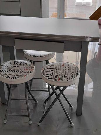 Mesa de cozinha/apoio e 4 bancos.