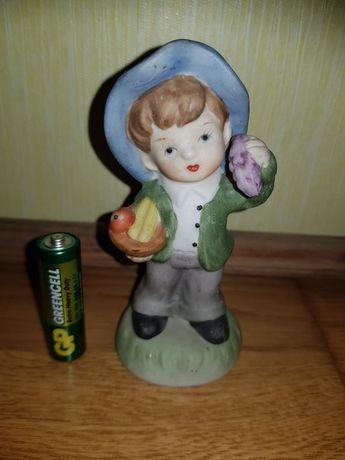 Мальчик с фруктами/бисквитный фарфор/фарфор